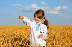 Ragazza rurale sul giacimento di grano fotografie stock libere da diritti