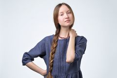 Ragazza russa con i capelli della treccia, sorridendo con lo sguardo sicuro ed amichevole immagini stock