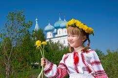 Ragazza russa sulla chiesa fotografia stock libera da diritti