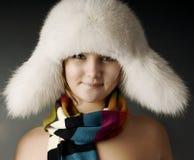 Ragazza in sciarpa una pelliccia-protezione Fotografia Stock Libera da Diritti