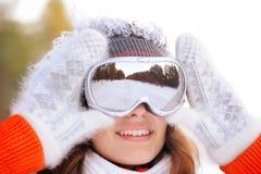 Ragazza in sciatore in vestiti luminosi Fotografie Stock
