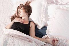 Ragazza scompigliata che dorme a letto, vista superiore immagini stock libere da diritti