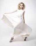 Ragazza sensuale bella bionda in vestito bianco fotografia stock libera da diritti