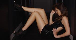 Ragazza sensuale che posa in corridoio scuro stock footage