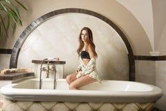 Ragazza sensuale che si siede in vasca da bagno Fotografia Stock Libera da Diritti