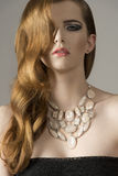 Ragazza sensuale con capelli ondulati fotografie stock libere da diritti