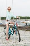 Ragazza sensuale con la bicicletta immagine stock