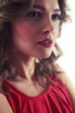 Ragazza sensuale con la bocca leggermente aperta che guarda seducente Fotografia Stock