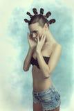Ragazza sensuale con la pettinatura creativa fotografia stock