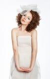 Ragazza sensuale riccia in vestito bianco con l'arco fotografia stock