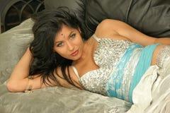 Ragazza sensuale sul sofà Fotografie Stock