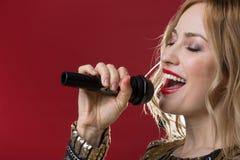 Ragazza serena che mostra le sue corde vocali immagine stock
