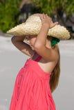 Ragazza seria in cappello sulla spiaggia Immagini Stock