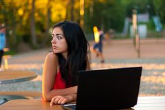 Ragazza seria con il computer portatile all'aperto Fotografia Stock Libera da Diritti