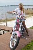 Ragazza sexy in bikini & Shorts sulla motocicletta del selettore rotante Fotografia Stock