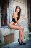 Ragazza sexy in bikini che posa modo vicino al muro di mattoni rosso sulla via Fotografia Stock