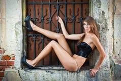 Ragazza sexy in bikini che posa modo vicino al muro di mattoni rosso sulla via Fotografia Stock Libera da Diritti