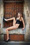Ragazza sexy in bikini che posa modo vicino al muro di mattoni rosso sulla via Fotografie Stock Libere da Diritti