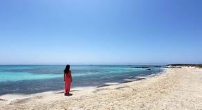 Ragazza sexy che cammina sulla spiaggia Fotografia Stock Libera da Diritti