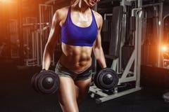 Ragazza sexy che fa gli esercizi di allenamento di sport Forma fisica w Fotografia Stock Libera da Diritti