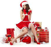 Ragazza sexy che porta i vestiti del Babbo Natale Immagini Stock Libere da Diritti