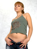 Ragazza sexy che prova sui jeans. Fotografie Stock Libere da Diritti