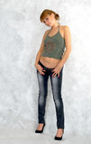 Ragazza che prova sui jeans. Fotografie Stock