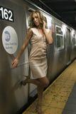 Ragazza sexy che sta al sottopassaggio di NYC Immagini Stock Libere da Diritti