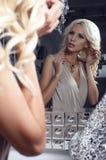 Ragazza sexy con capelli biondi che esaminano lo specchio Fotografia Stock Libera da Diritti