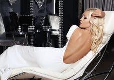Ragazza sexy con capelli biondi nell'interno di lusso Fotografia Stock Libera da Diritti