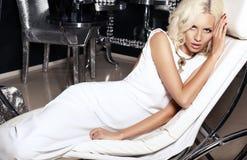 Ragazza sexy con capelli biondi nell'interno di lusso Fotografia Stock