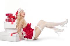Ragazza con capelli ricci biondi vestiti come Santa Fotografie Stock Libere da Diritti