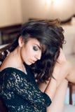 Ragazza sexy con capelli ricci lunghi e bei gli occhi neri, vestiti Immagini Stock