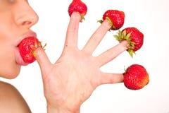 Ragazza sexy con la fragola rossa isolata su bianco Fotografia Stock Libera da Diritti