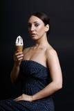 Ragazza sexy con un ghiaccio-crem in sua mano Fotografia Stock