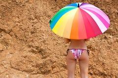 Ragazza sexy con un ombrello luminoso fotografia stock libera da diritti