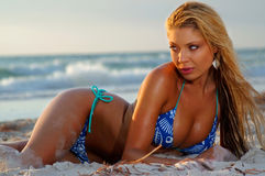 Ragazza sexy del bikini della spiaggia immagini stock libere da diritti