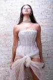 Ragazza sexy del brunette che porta il cuore alternativo di cerimonia nuziale immagini stock