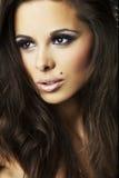 Ragazza sexy del brunette su priorità bassa scura - ritratto immagine stock libera da diritti