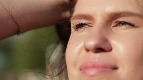 Ragazza sexy del primo piano nel parco di estate Movimento lento video d archivio