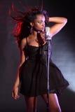Ragazza sexy dell'afroamericano che canta sulla fase Fotografia Stock Libera da Diritti