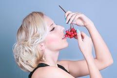 Ragazza sexy di modo con le bacche rosse Immagine Stock Libera da Diritti