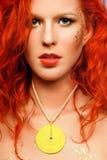 Ragazza sexy di redhead con un trucco insolito e un NEC Immagini Stock Libere da Diritti