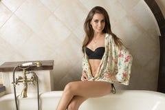 Ragazza sexy felice in vasca da bagno elegante Immagine Stock