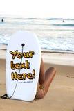 Ragazza sexy nella spiaggia che guarda i surfisti Fotografie Stock Libere da Diritti