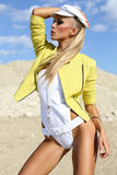 Ragazza sexy in rivestimento giallo Immagini Stock