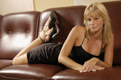 Ragazza sexy su un sofà Fotografia Stock Libera da Diritti