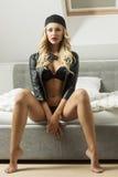 Ragazza sexy sul letto con il cappuccio di sport Fotografie Stock Libere da Diritti