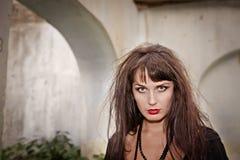 Ragazza shaggy diabolica in vestito nero Fotografie Stock Libere da Diritti