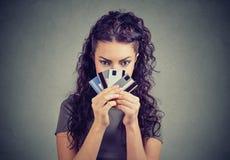 Ragazza sicura con poche carte di credito Fotografia Stock